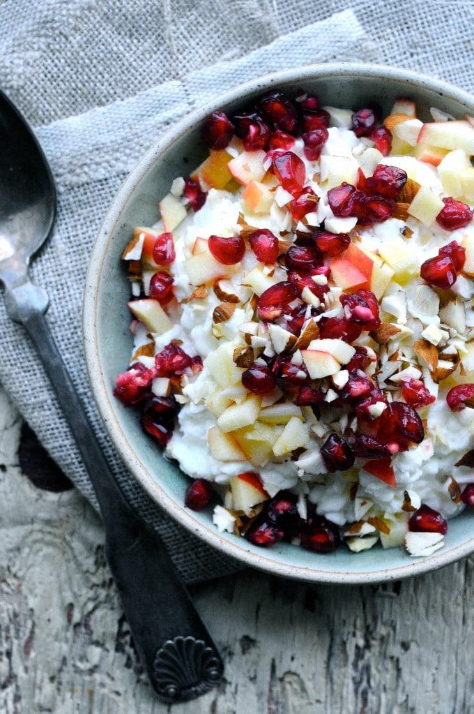 Hytteost snack med æble, granatæble og mandler | www.juliekarla.dk