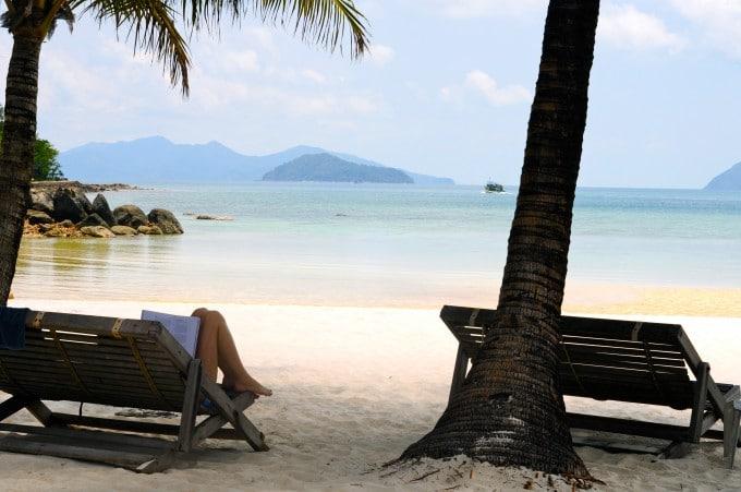 Læser kogebog på stranden , Koh Cham
