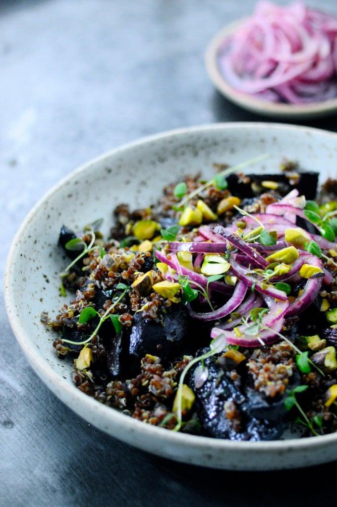 Nem rødbedesalat med quinoa og syltede rødløg | www.juliekarla.dk