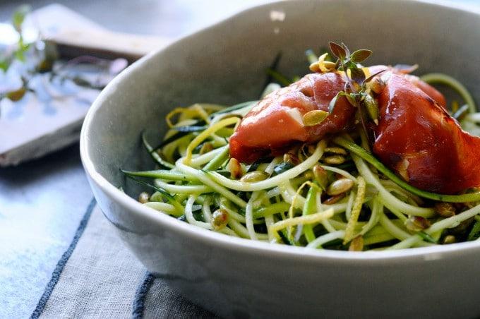 Squashspaghetti med parmaskinke er low carb mad | www.juliekarla.dk