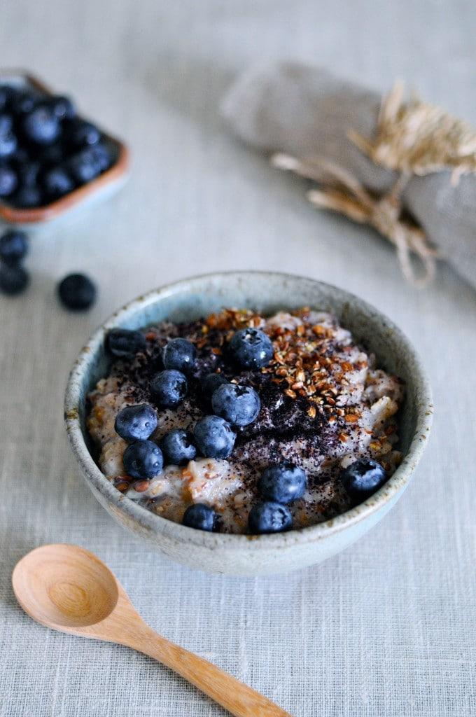 Sund grød til morgenmad med blåbær