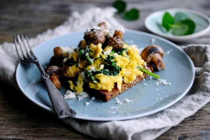 Sund scrambled eggs opskrift   www.juliekarla.dk