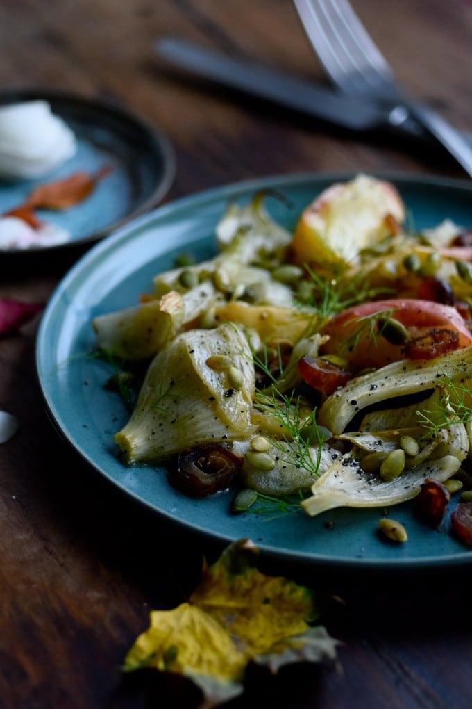 lun-salat-med-aebler-og-fennikel-og-graeskarkerner