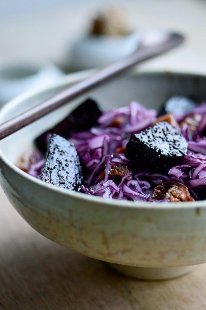 Salat med rødkål og bagte rødbeder samt tørrede figner
