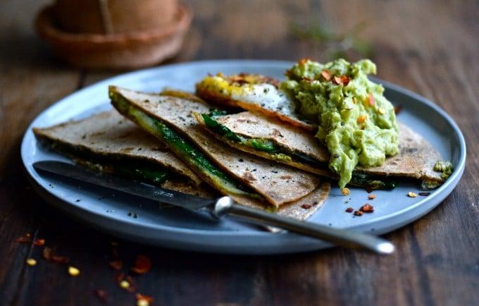 Quesadillas med ost, pesto og spinat og en lækker guacamole