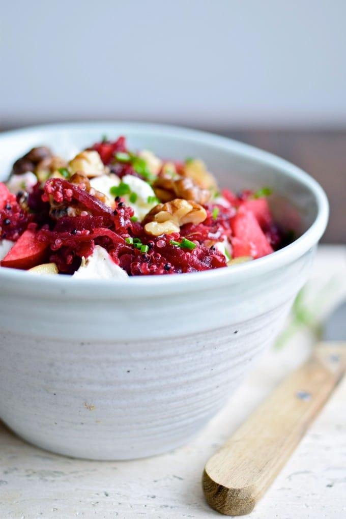 Rødbedesalat med æbler, quinoa og gedeost