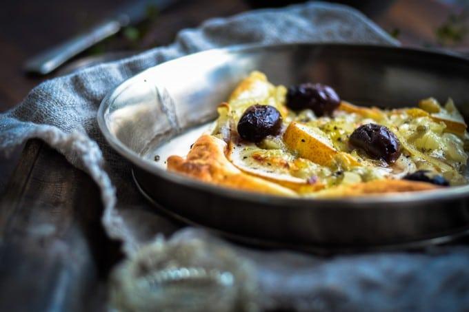 Løgtærte med pære, gorgonzola og kalamata oliven + en konkurrence