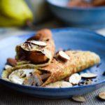 Laekre pandekager med bagte paerer og chokolade og mandler