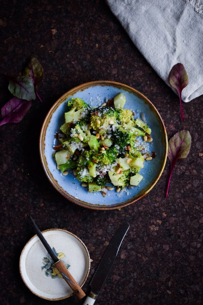 Nem broccolisalat med bacon