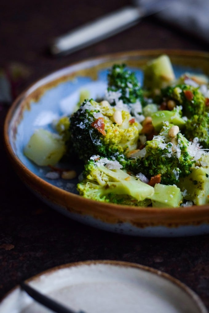 Broccolisalat med bacon, pesto og parmesan