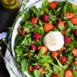 Salat med bær, burrata ost og citron