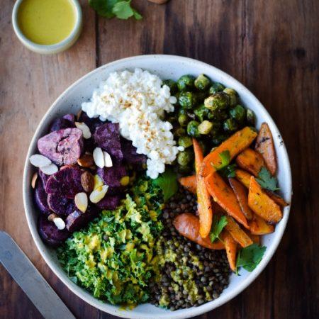 Salat med søde kartofler og gurkemejedressing