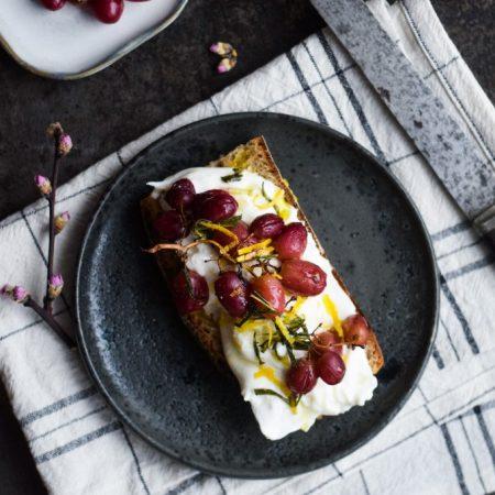 Ristet brød med burrata, bagte vindruer og rosmarin